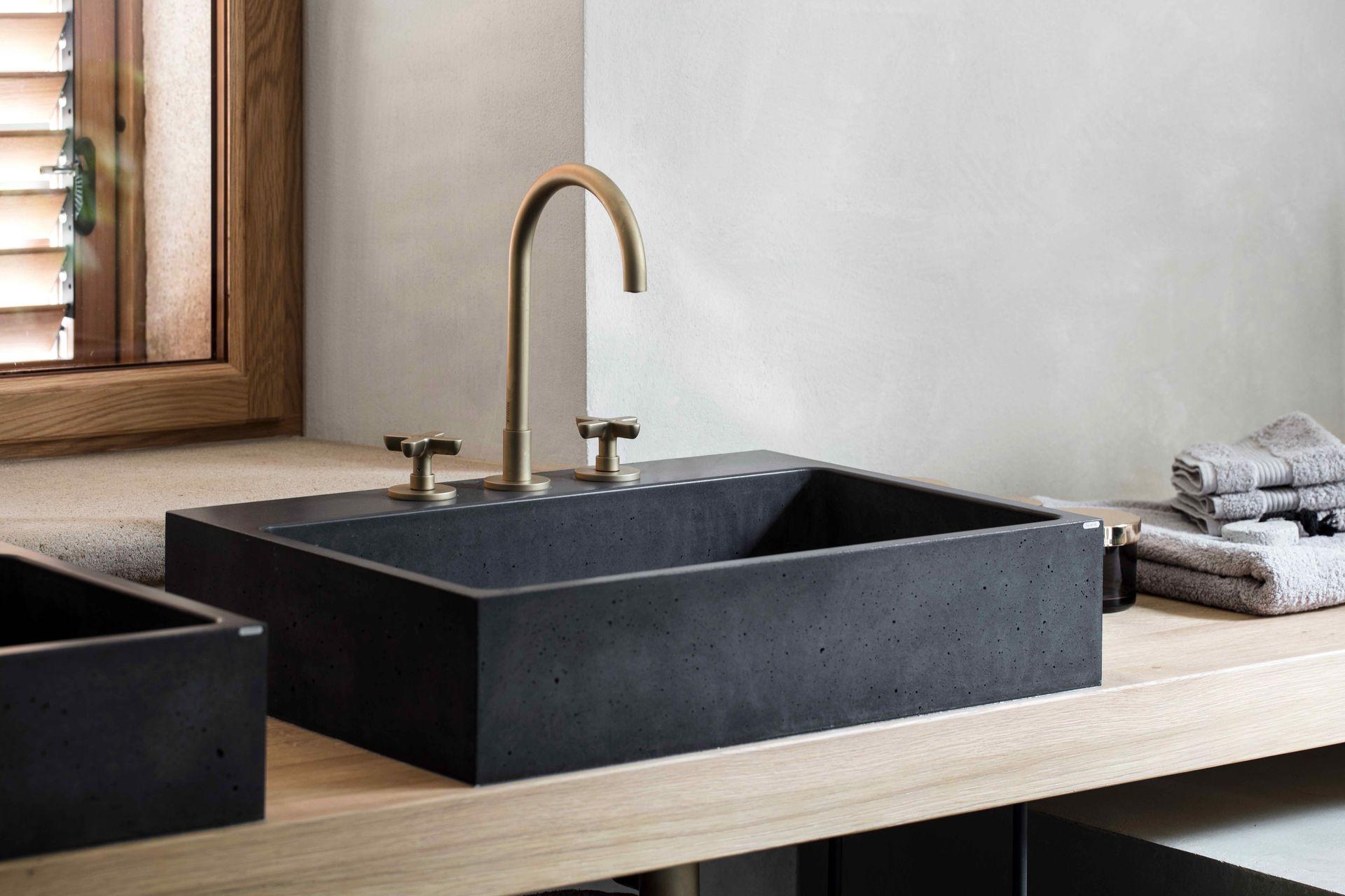Rustikales Badezimmer, untypisches Waschbecken Box